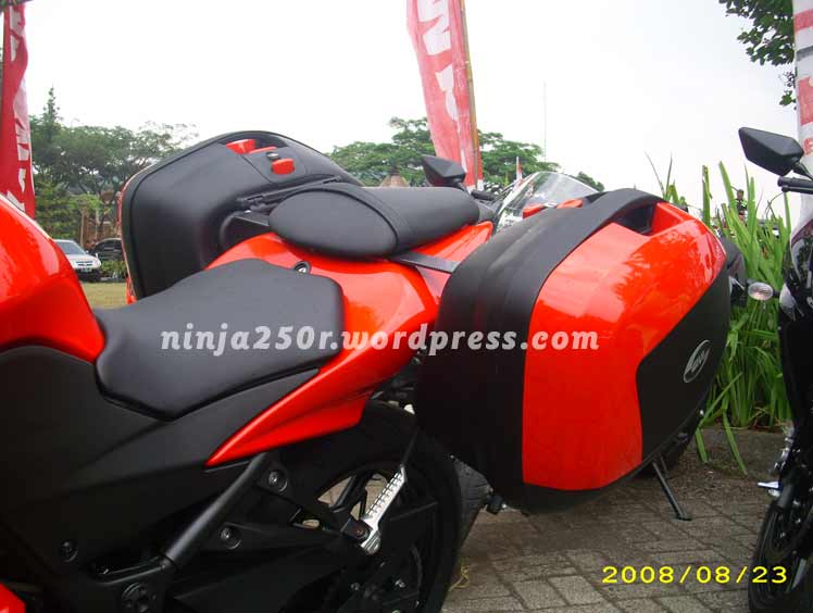 Ninja 250R with Givi V35 Side Box September 1, 2008
