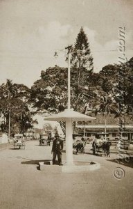 Een-politieagent-regelt-het-verkeer-op-de-Groote-Postweg-in-Bandoeng-1910-1930