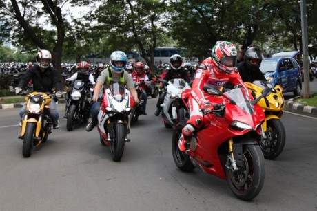 Nicky_Hayden_leading_bike_convoy_1